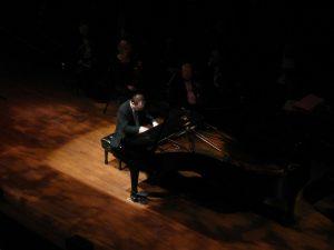 Breng een bezoek aan een pianoconcert